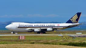 Frachter Singapore Airliness Boeing 747-400, der an internationalem Flughafen Aucklands mit einem Taxi fährt stockfotografie