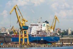 Frachterschiff und -kräne Stockfoto