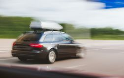 Frachtfördermaschine auf Lastwagenautoauf Landstraße schnell fahren Lizenzfreies Stockbild