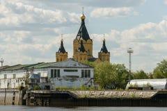 Frachtfluß Hafen und Alexander Nevsky Cathedral auf dem Strelka Lizenzfreie Stockfotos