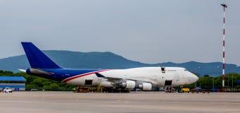 Frachtflugzeug Boeing 747-412 der Aerotrans-Frachtfirma wird auf Flugplatz entladen lizenzfreie stockbilder