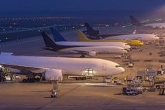 Frachtflugzeuge an einem Flughafen nachts Lizenzfreie Stockfotografie