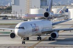 Frachtflugzeuge Federal Express Fedex McDonnell Douglas MD-11F an internationalem Flughafen Los Angeless lizenzfreies stockbild