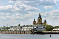 Frachtflusshafen und die Kathedrale am Mischen von Oka und von Volga Lizenzfreie Stockfotografie