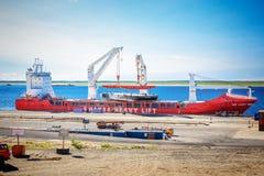 Frachtfrachtschiff mit Arbeitskran stockfotografie