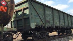 Frachtgrünzug, der auf die Eisenbahn reist stock footage