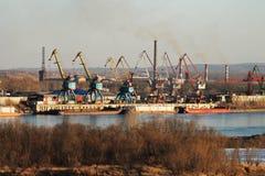 Frachthafen auf dem Fluss Lizenzfreies Stockfoto