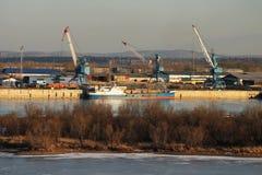 Frachthafen auf dem Fluss Lizenzfreie Stockbilder