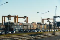Frachthafen mit Kränen, Behältern und Landstraße vor ihm Lizenzfreies Stockbild