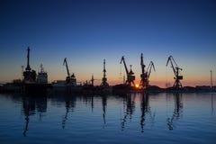 Frachtkräne im Dock des Industriehafens stockbild
