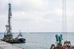Frachtkran im Hafen Lizenzfreies Stockfoto