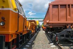 Frachtlastwagen auf Schienen Stockfotos