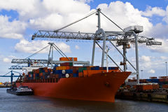 Frachtlieferung im Kanal stockfotos
