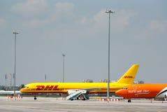 Frachtlieferungsflugzeug an der Flughafenrollbahn Stockfoto