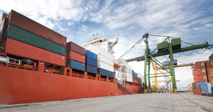Frachtoperation im Hafen Lizenzfreie Stockfotos