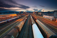 frachtowi stacyjni pociągi zdjęcia royalty free