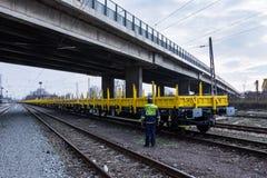 Frachtowy ładunku pociąg - żółty czarny Nowy 4 axled płaskich samochodów furgonu Pisać na maszynie: Burgas Bułgaria, Styczeń - 27 Zdjęcie Royalty Free