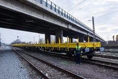 Frachtowy ładunku pociąg - żółty czarny Nowy 4 axled płaskich samochodów furgonu Pisać na maszynie: Burgas Bułgaria, Styczeń - 27 Obraz Stock