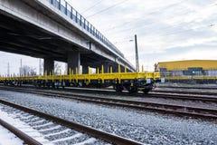 Frachtowy ładunku pociąg - żółty czarny Nowy 4 axled płaskich samochodów furgonu Pisać na maszynie: Burgas Bułgaria, Styczeń - 27 Fotografia Stock