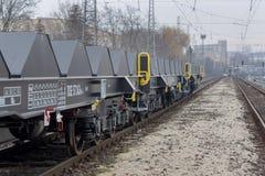 Frachtowy ładunku pociąg, 6-axled płaski furgon WW 604 A, Transvagon reklama - Sahmmn - Burgas Bułgaria, Styczeń - 24, 2017 - Obrazy Stock