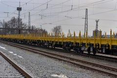 Frachtowy ładunku pociąg - 4 furgonu axled płaski typ: Burgas Bułgaria, Styczeń - 27, 2017 -Res model: 072-2 - Transvagon reklama Fotografia Stock