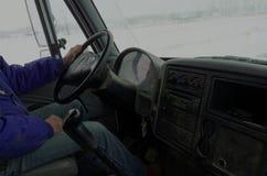 Frachtowy kierowca ciężarówki na wiejscy drogowi odtransportowanie towary Zdjęcia Stock