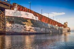 Frachtschiff angekoppelt für das Laden lizenzfreie stockfotos