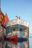 Frachtschiff angekoppelt für das Laden stockbild
