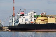 Frachtschiff angekoppelt im Hafen Stockbild