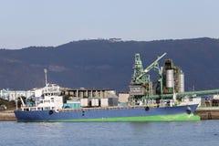 Frachtschiff angekoppelt im Hafen Lizenzfreie Stockfotos