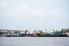 Frachtschiff in Asien lizenzfreie stockfotografie
