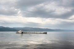 Frachtschiff auf dem Fluss Lizenzfreies Stockbild