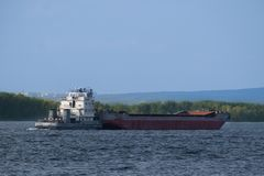 Frachtschiff auf dem Fluss Stockbilder