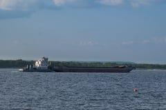 Frachtschiff auf dem Fluss Stockbild