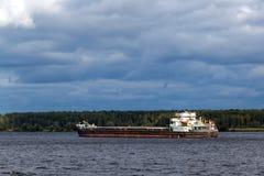 Frachtschiff auf dem Fluss Stockfotos