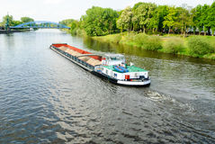 Frachtschiff auf einem Fluss Lizenzfreie Stockfotos