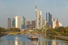 Frachtschiff auf Hauptfluss-und Frankfurt-Skylinen Stockfotografie