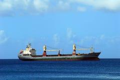 Frachtschiff auf karibischem Meer stockfotografie