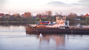 Frachtschiff auf Neva-Fluss bei Sonnenuntergang stock video