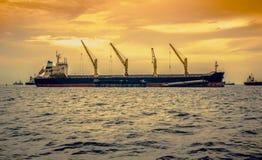 Frachtschiff auf Sonnenuntergang Stockfoto