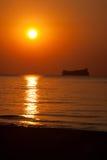 Frachtschiff bei Sonnenuntergang Lizenzfreie Stockfotos