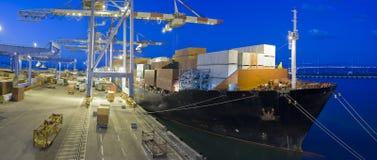 Frachtschiff bis zum Nacht Lizenzfreie Stockbilder