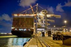 Frachtschiff bis zum Nacht Lizenzfreie Stockfotos