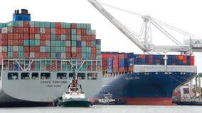 Frachtschiff COSCO VERMÖGEN, das den Hafen von Oakland kommt stockfoto