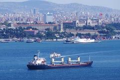 Frachtschiff, das durch bospurus Straße überschreitet Lizenzfreies Stockbild