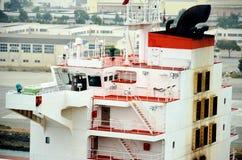Frachtschiff, das nach Oakland, Kalifornien ankommt lizenzfreie stockfotos