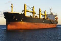Frachtschiff, das nahe Kanal von Alicante segelt Stockfoto