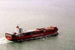 Frachtschiff, das weg vorangeht Stockfotos