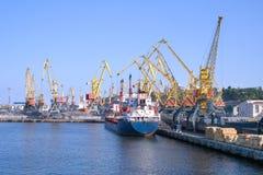 Frachtschiff an den Werften Stockfotos