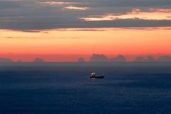 Frachtschiff an der Ankerwarteentleerung. Lizenzfreies Stockbild
